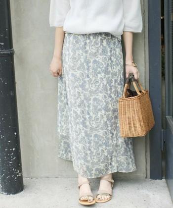 淡く優しいカラーのペイズリー柄のラップスカート。涼しげな透け感のある素材で、ふわりと揺れる大人の可愛らしさ満点のデザイン。