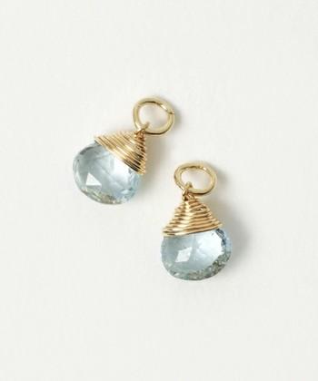 アクアマリンはその名の通り、海と深く関係する宝石で、穏やかさ・落ち着きを感じさせる美しい透明感を持っています。今にもこぼれ落ちる水滴のようなピアスチャームは、イヤリングとしても、チェーンに通してネックレスにしても◎