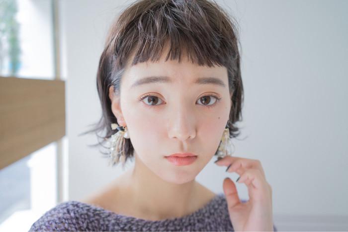 オン眉バングとは、眉毛の上まで前髪をカットしたスタイルのこと。 少し個性的に思われがちですが、パーマやアレンジと組み合わせてナチュラルに取り入れて楽しむ方が増えています♪