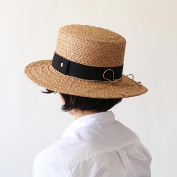使うごとに味わいが増していく「HELEN KAMINSKI(ヘレンカミンスキー)」のラフィア帽子。ざっくりとした編み目に黒いリボンが、大人ガーリーな印象です。可愛らしいファッションにも、マニッシュなファッションにも合う落ち着いた雰囲気が素敵です。