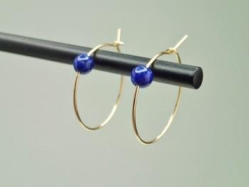 鮮やかなブルーのラピスラズリがついたクールなピアス。高い位置にラピスラズリがついていて、シンプルながらも存在感があります。  明るくハッキリしたブルーが顔色を明るくしてくれそうです。