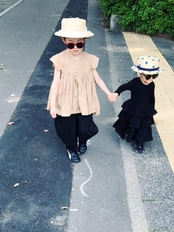 アーティスティックなムード漂う姉妹のスタイル。お揃いでかぶっている水玉模様のハットが個性を際立たせています。