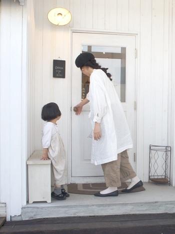 やさしい気持ちでいられそうな親子のナチュラルスタイル。のんびり緩やかな時間が流れているような気がします。普段着の白は、質感も色合いも柔らかいものを選ぶのがおすすめです。