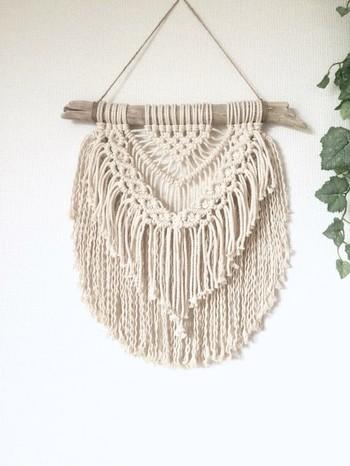天然の流木とコットンロープを使ったマクラメ編みタペストリーは、お部屋をナチュラルに涼やかに演出してくれますよ!小さめながらも、たっぷりフリンジが存在感バツグンです。