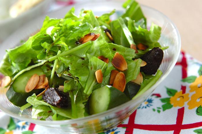鉄分を豊富に含んだプルーンが入ったサラダ。ルッコラのいい香りに、プルーンの甘さがくせになるシンプルサラダです。