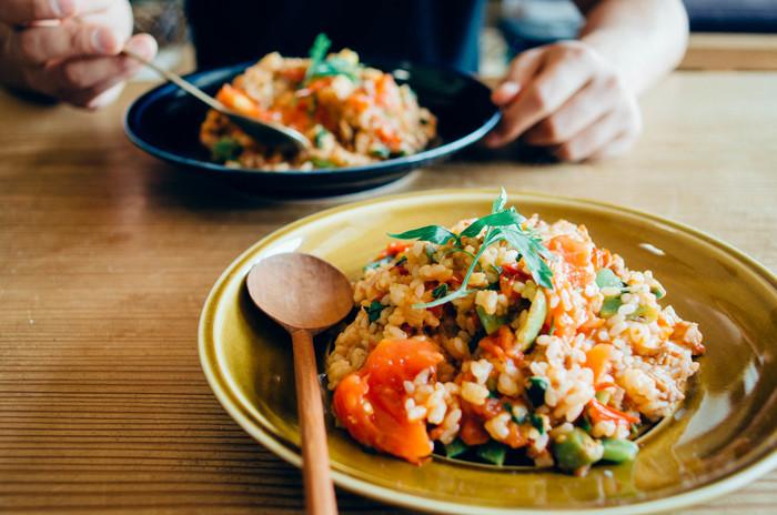 味わいがあって、ずーっと眺めていたくなる素敵なうつわは、お料理を素敵に彩ってくれます。