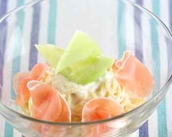 塩味の効いているものとフルーツはとにかく合うんです。フレンチの前菜の定番「生ハムメロン」をパスタにアレンジした一品は、男性ウケもよさそうです。