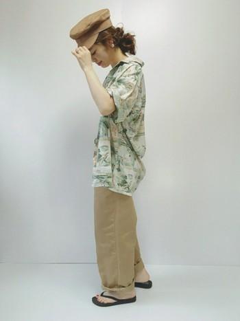 ユーズドのハワイアン柄のシンプルなアロハシャツに、ナチュラルなワイドチノパンをセレクトして。リラックス感溢れるおしゃれな着こなしです。