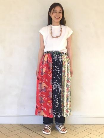 クレイジーパターンのアロハ柄をパッチワークのように繋ぎ合せたスカート。真っ白なTシャツと合わせることで、よりナチュラルな着こなしが実現します。