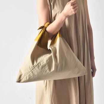ナチュラルなベージュのワンピースに同系色の「あづまバッグ」で統一感を持たせて。より洗練された雰囲気に。