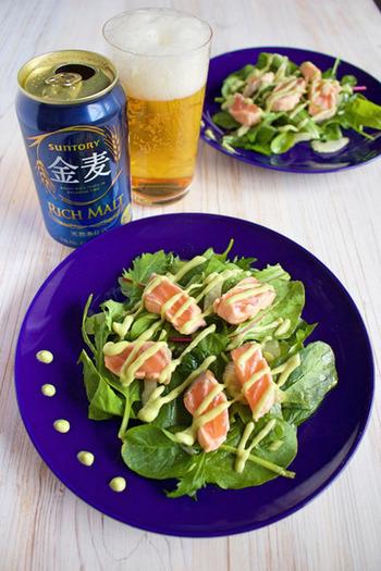 フライパンでしっかり焼いたサーモンをメインにしたビールに合うサラダです。アボガドとわさびのソースが大人味で、チップスなど他のおつまみに使ってもおいしいですよ。