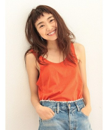 夏はこんなオレンジのタンクトップをさらっとジーンズに合わせてみては。シルク混のやわらかな風合いが魅力。羽織のインナーにも着回せる一枚です。