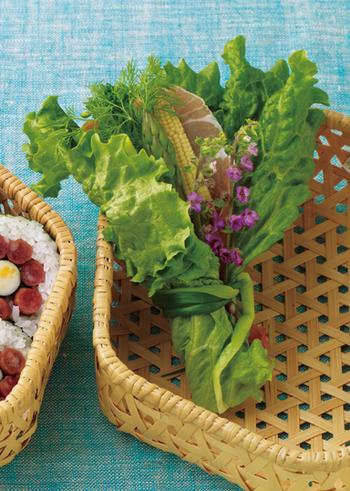 グリーンリーフで、旬の野菜をくるんで。野の香りいっぱい、自然からの贈り物のような花束サラダ!ナチュラルな竹かごがとっても似合いますね。ピクニックにでも出かけたい気分♪