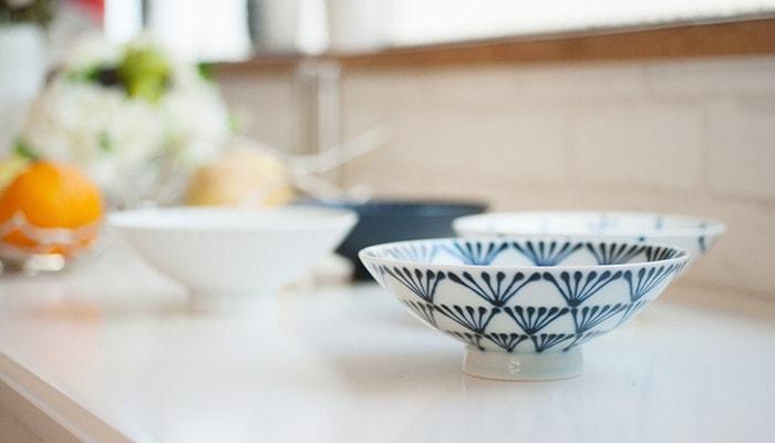 【白山陶器(はくさんとうき)】平茶碗  白山陶器のモダンでお洒落な平茶碗は、グッドデザイン賞の受賞もしたことのあるロングセラーのうつわです。洗練された雰囲気で、北欧食器などとの相性も◎。使い心地もよく、ご飯がとっても美味しそうに見えるんですよ。白地に青い絵柄の他にも、たくさんの絵柄が揃っているので、お気に入りがきっと見つかるはず。