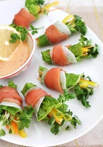 カラフル野菜を千切りにして、かぶの薄切りとスモークサーモンでロール♪いっしょに巻いたパクチーと、スイートチリソースがエスニックなブーケサラダです。彩りも美しいですね。