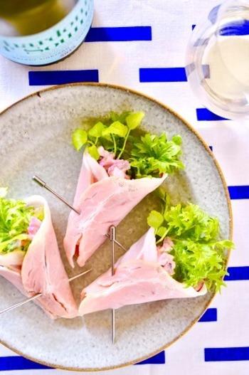 ハムなどでくるんでブーケ状にしたサラダは、簡単ながらお弁当で存在感を放つメニュー。ぜひ取り入れてみてください。