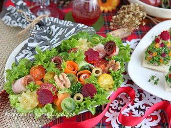 葉物は、グリーンリーフとわさび菜。深紅のビーツを散らしたエレガントな印象のブーケサラダには、ビーツ入りの赤いドレッシングを添えて。本当の花束のようにペーパーをあしらっているのも素敵ですね。