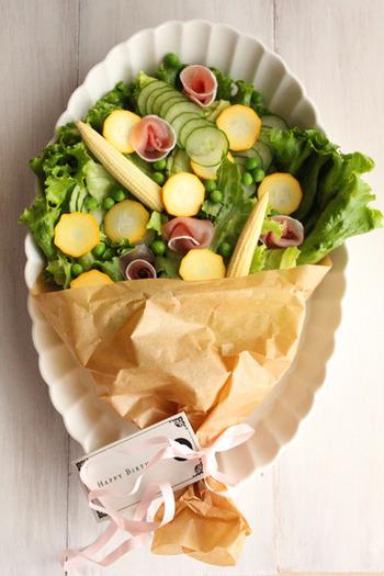 こちらの花束サラダは、レーフレタスを2~3枚ちぎらずに土台に置いています。細かい具材がこぼれなくていいですね。リボンで結んだり、タグを付けるのも、アニバーサリーには欠かせないポイントですね。