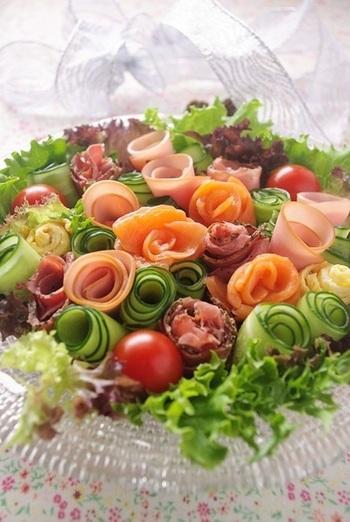 大きめの皿にたくさん盛り付けて、ブーケサラダをテーブルの主役に!数種類のレタスを使うことで、表情に変化が生まれます。