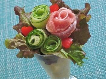 パフェ用グラスにマッシュポテトを詰め、フリルレタスでラッピングするように、きゅうりと生ハムの薔薇を配置。ハート型にくり抜いたパプリカもキュート!きゅうりの薔薇は、薬指に巻き付けて作ったそうです。