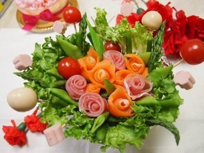 プチトマトやうずらの卵などは、ピック(竹串)に刺して、最後にバランスよく配置します。高低差が生まれて、サラダに変則的な美しさや動きが加わります。まるでフラワーアレンジメント感覚で楽しいですね。竹串は、器に合わせて折って使うのだとか。あとは、お好みのドレッシングを添えて。