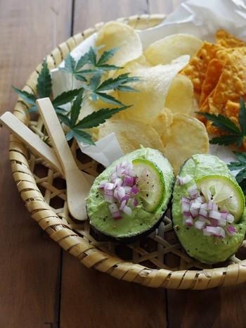 メキシコ料理のグアカモレを和風にアレンジした、こちらのレシピ。アボカドに、お豆腐と柚子の風味で爽やかに。