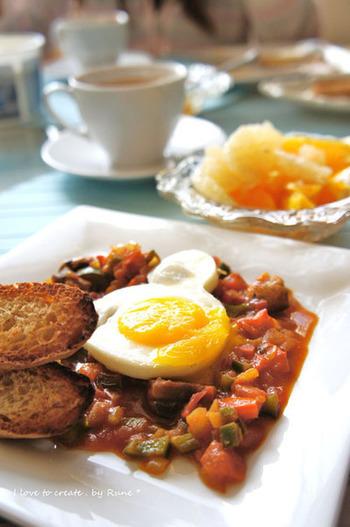 冷蔵庫にある余った野菜で作れる、スパイシーなトマトソース。普通の目玉焼きも、メキシカンスタイルに。