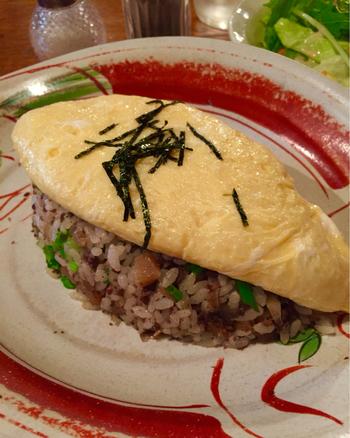 人気の「オムごはん」。五穀米に牛すじ肉が入ったライスの上に、半熟のオムレツが乗っています。オムレツを割るとふわとろの卵が!山椒がよく合うので、ぜひかけて召し上がれ。