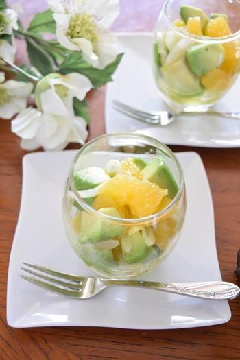 """こちらは、オレンジとアボカドのグラスサラダ。ころんと丸みのあるグラスを使うと可愛らしい雰囲気になりますね。ひんやりとみずみずしい""""夏サラダ""""を召し上がれ♪"""
