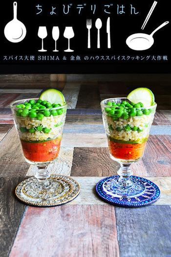 アートなサラダといえば、ブーケサラダと並んでご紹介したいのが、おしゃれな前菜のように美しい「グラスサラダ」。グラスを使って、サラダの具材を層にしたり、キューブにして詰め込んだり、遊び心が満載のサラダです。こちらは、トルコのお米のようなパスタ「ブルグル」などを使ったエスニックテイストです。