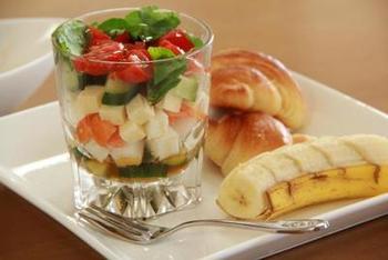 野菜とチーズをキューブにし、和食と中華のテイストをミックスした味付けに。ショットグラスなどを使うと、ワンプレートにのせて、コンパクトにレイアウトすることもできますね。
