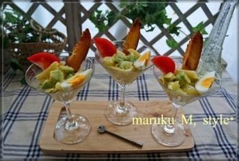 マティーニグラスを使った、アボカドとグレープフルーツの爽やかなカクテル風サラダ。おしゃれなランチやディナーに添えたい、美しい一品ですね。バゲットで高さを出してアーティステックに盛り付けて。