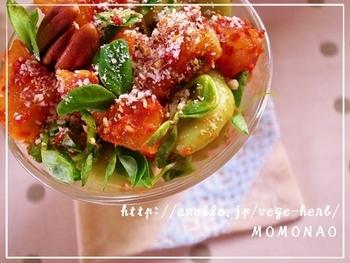 そらまめとキムチ、異色の組み合わせで楽しむグラスサラダ。ピーカンナッツ×粉チーズの意外性のあるトッピングは、おつまみにもなりそう。