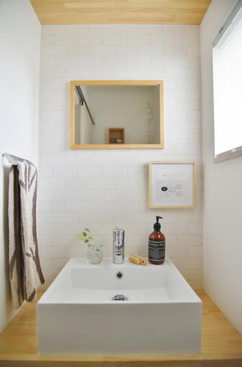トイレや洗面台の水盤をピカピカにするコツは、洗濯機に入れる前の手拭きタオルでサッと拭きあげるだけ。そのちょっとしたひと手間で、掃除タイムを作らなくても自然と綺麗な水まわりが実現できます♪