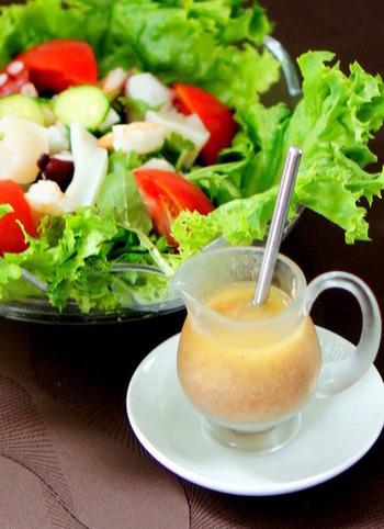 とっても簡単に出来る、梅+塩麹の体に優しいドレッシング。シンプルなサラダも、旨みたっぷりで沢山食べれちゃいます。シーフードとの相性も良いので、エビなどをプラスしても◎。