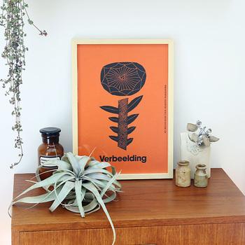壁にお気に入りのポスターを飾ったり、フェイクグリーンや季節のお花を取り入れたりするのもおすすめ。