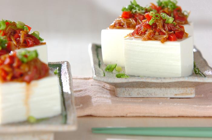 カリカリ梅を使った、簡単レシピ。切って混ぜて乗せるだけなのに、冷奴が豪華な一品になります。おつまみにもピッタリ。