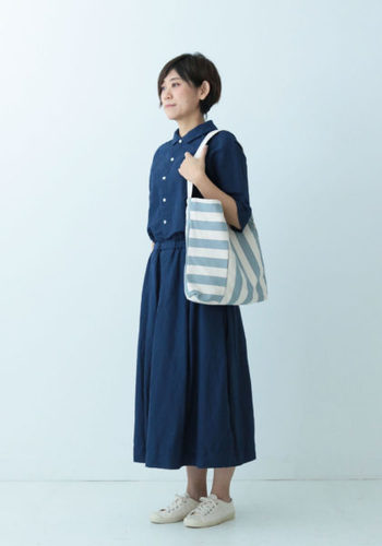 ブルーと白で統一したコーデは、とっても爽やか。さらにライトブルーのバッグで、夏らしさが一層引き立ちます。