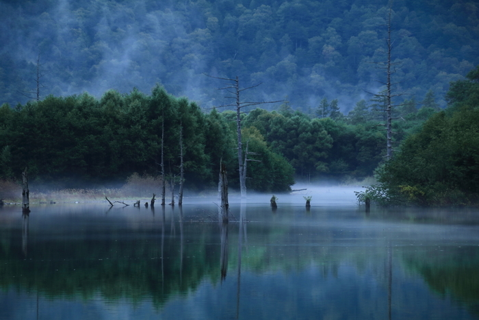 """標高1500メートルの高さにある、長野県の「上高地(かみこうち)」は、かつて""""神降地""""とも言われ、古くから神様が降り立つ地として人々に守られてきました。  冬季は閉鎖されるので、この神秘的な上高地に触れられるのは、春から秋の時期のみとなっています。"""