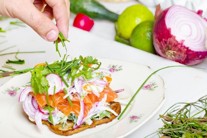 エスニック料理店ではもちろん、お家でもパクチーを使った料理をする方も増えています。 筆者もエスニック料理や和食にも使っていますが、意外とあらゆる料理に好相性。 パクチーの香りと食材の香り・風味がミックスされ、なんともいえない美味しさがお口の中で広がりますよ♪