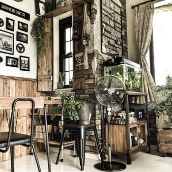 こちらはシックでお洒落な黒の扇風機。ポスターや椅子など、小物に黒が使われているので、インテリアに統一感が生まれています。
