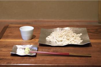 いつもと変わった器でおそばを食べたい。お客様用のオシャレで個性的な器が欲しい。そんな方におすすめがこちら、日本でも10名以下の職人しか制作できないという高度なおりんの製造技術により作られるシマタニ昇龍工房オリジナルのプロダクト「すずがみ」の器。