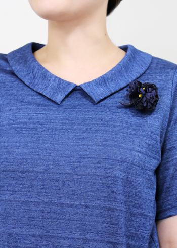 シックなブルーが大人っぽい印象のコサージュ。リネンのワンピースにポイントとしてつけたくなります。