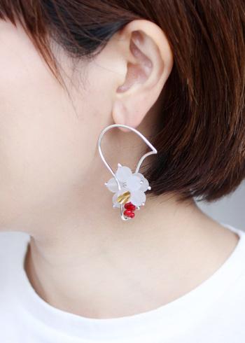 つや消しの水晶と赤サンゴを組み合わせて作られた片耳用のピアスです。シンプルなヘアアレンジにも映えるデザインです。