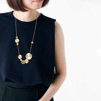 さまざまな大きさのゴールドチップが並んだネックレス。大人っぽいコーディネートにぴったりです。