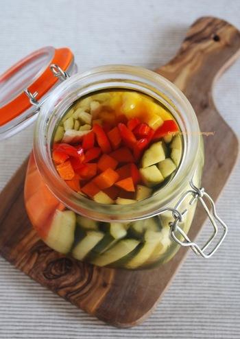白だしを使った優しい風味のピクルス。余った野菜を使い切るレシピとしてもおすすめです。いろいろな野菜で試してみたいですね。