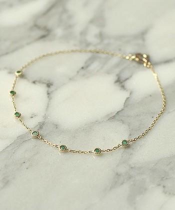 エメラルドは、翠玉・緑玉とも呼ばれ、古代から装飾品や権力の象徴として愛されてきました。身に付けると心を落ち着かせてくれる効果も。いざという時にも、きっと力を与えてくれますよ。