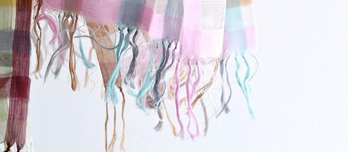 ざっくりと編まれた風通しのいいストールは、首回りや肩などの日よけ対策に使えます。涼しげな素材やカラーを選んで、夏のストールを楽しみましょう。