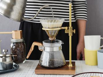 こちらは真鍮のドリッパースタンドです。真鍮の風合いがクラシカルな雰囲気をつくりだしてくれますね。おうちでもアンティークなカフェ気分が味わえます。