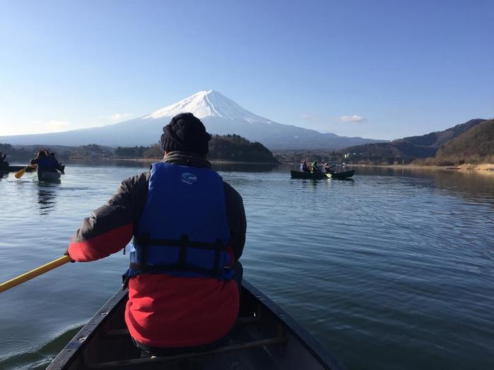 朝、澄んだ空気の中で目覚めたら、敷地内のポイントへ。カナディアンカヌーに乗り込み、自らの手で湖へと漕ぎ出します。目の前の富士山に向かっていくような、幻想的で雄大なビューはとても感動的。7組14名限定のアクティビティだから、富士山を独り占めできるような特別な心地を味わえます。